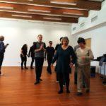 Teilnehmer gehen paarweise Hand in Hand zum Rhythmus der Musik, Siegfried , mittig, nimmt Klang auf