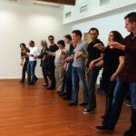 1o Teilnehmer und Coach bilden eine Reihe, setzen Bewegungen um